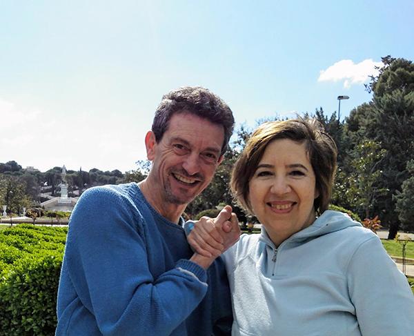 foto de la parte alta del cuerpo de Ivana y de Jose Javier cogiéndose la mano entgre sus rostros sonrientes. Con la naturaleza de un parque y el  cielo azul como fondo.